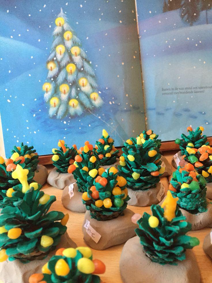 Kerstbomen, dennenappel schilderen en versieren met bijenwas.