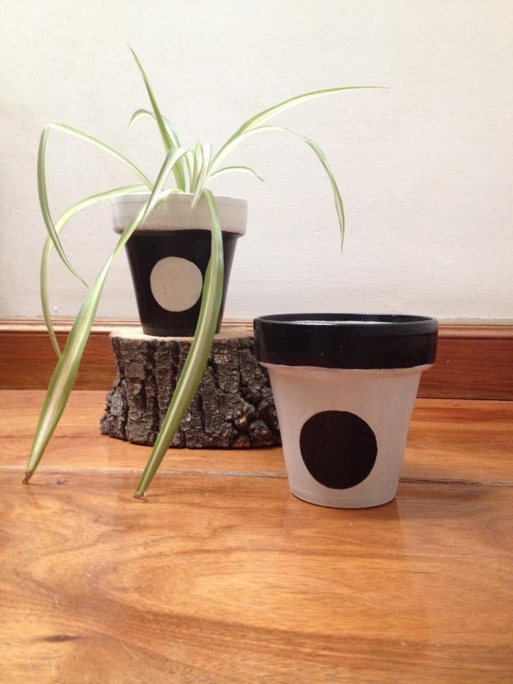 Hermoso juego en blanco y negro. Sobrio y elegante. Consultar precio por mensaje privado en pinterest, en nuestro facebook www.facebook.com/A2artesanias.