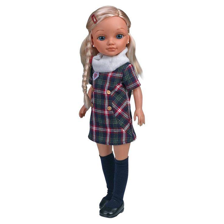 A Nancy vai à escola vestida com roupa de uniforme. Na sua mochila transporta os livros, o estojo, a pasta e tudo o que possa precisar para passar um dia muito divertido na escola.