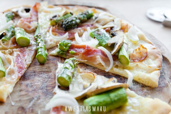 """Pizza ze szparagami, pieczarkami, cebulą, boczkiem i """"białym sosem"""""""