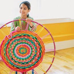 Dit is leuk!: kleurig tapijt weven met behulp van een hoepel en oude tshirts