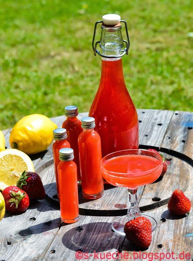 """Erdbeerlimes Zum Abschluss noch ein """"Prost"""" auf all die Erdbeer-Köstlichkeiten! Was passt da besser, als ein Erdbeerlimes aus Erdbeeren, Wodka, Zitrone, Zucker und Wasser. Schmeckt pur wunderbar oder auch als geschmackliches Upgrade für Prosecco oder Sekt."""