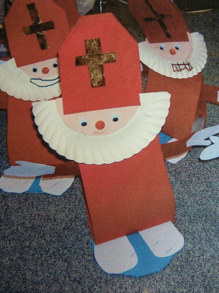 Sint van papier en een kartonnen bordje