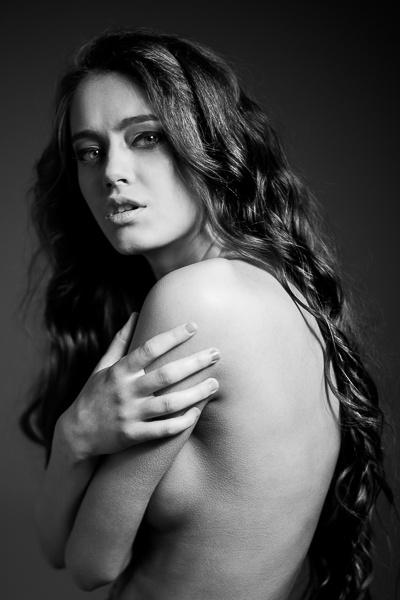 portrait / naked / long hair / curly / bw / black / studio
