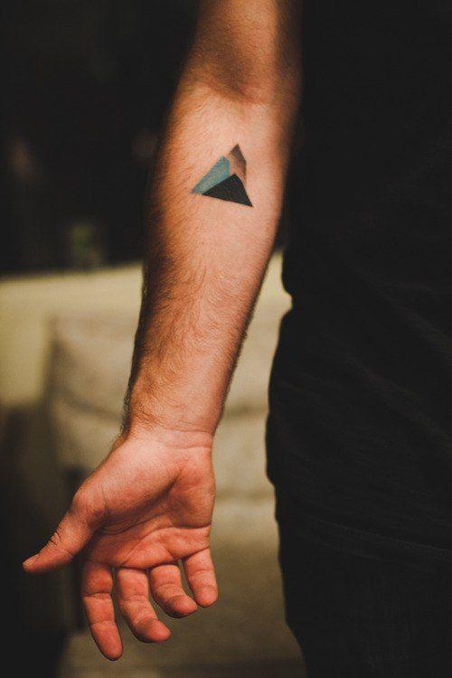 Ideias de Tattoo Masculina Pequena |  Montanha geométrica no braço
