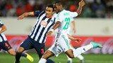 Agadir, Marruecos - 14 de diciembre: Mouhssine Iajour de Raja Casablanca Dispara COMO Leobardo López del CF Monterrey intenta bloquear en el ...