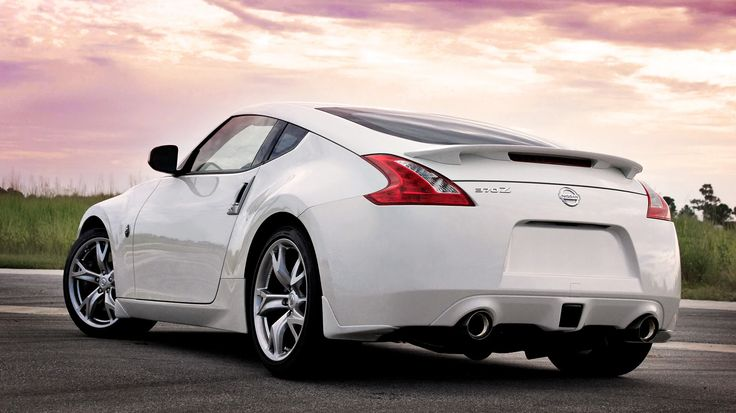 White Nissan 370Z Coupe