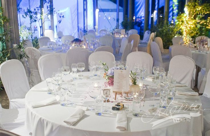 White wedding. Simple yet beautiful table decorations. www.maniaevent.pl