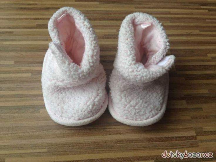 Prodám teplné botičky (nechodící). Zapínání na suchý zip. Velikost cca 3-9 měsíců.