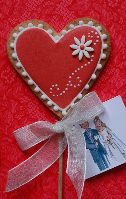 CUKI CHIC Galletas decoradas red and white heart cookie  with a white Daisy.  cookie on a sitck