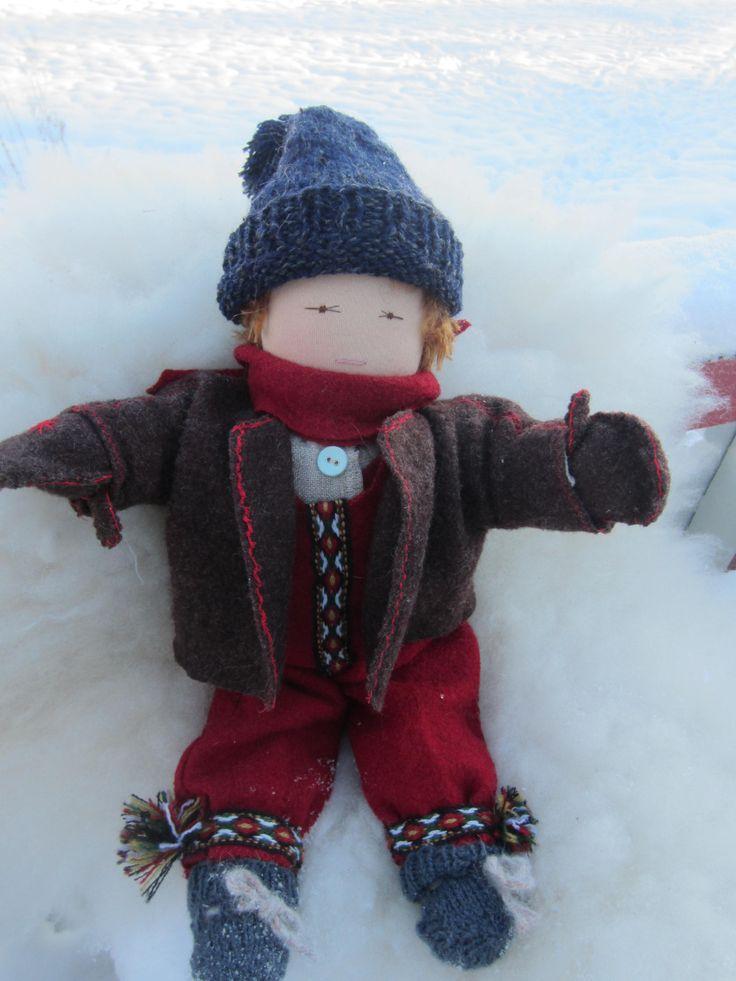 Waldorfdukke /Steinerskoledukke 40 cm Håndsydd . Klær av 100 % ull. Dukken er stappet med norsk saueull. Pris Kr. 850 + porto