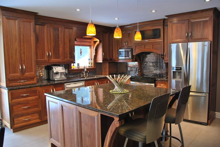 Armoire en noyer naturel avec comptoir de granit. // Walnut cabinets with granite countertops for a beautiful kitchen.