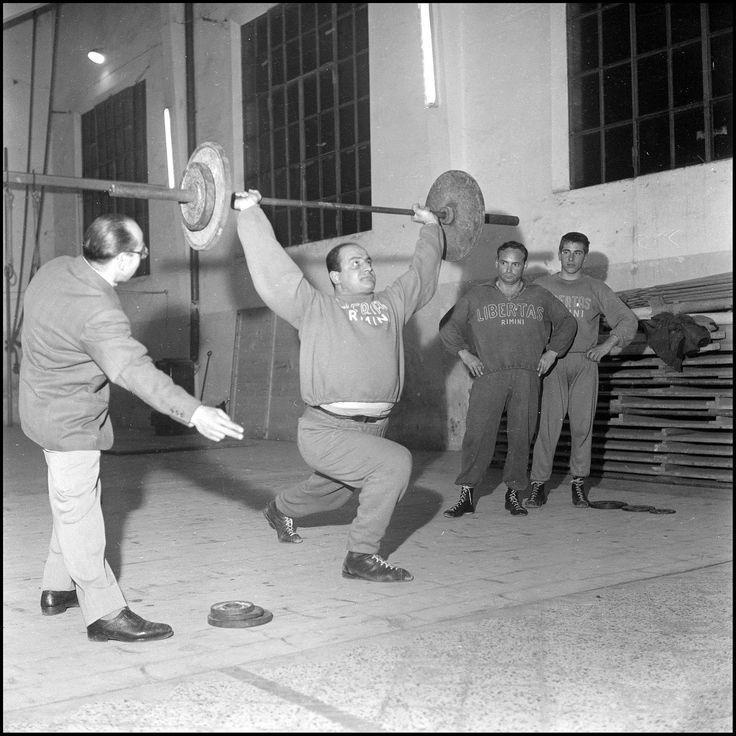 https://flic.kr/p/wQEQHu | Atleti sollevamento pesi. 21 febbraio 1961. #fotostoriche #riminisparita | Concessione Biblioteca gambalunga