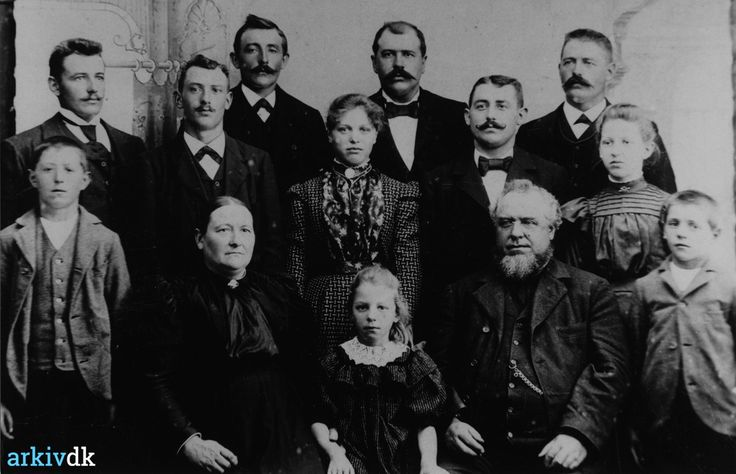 arkiv.dk | Ove Henrik Rønns familiebilled. Fra Øster Bruunsgaard Harboøre. ca. 1900