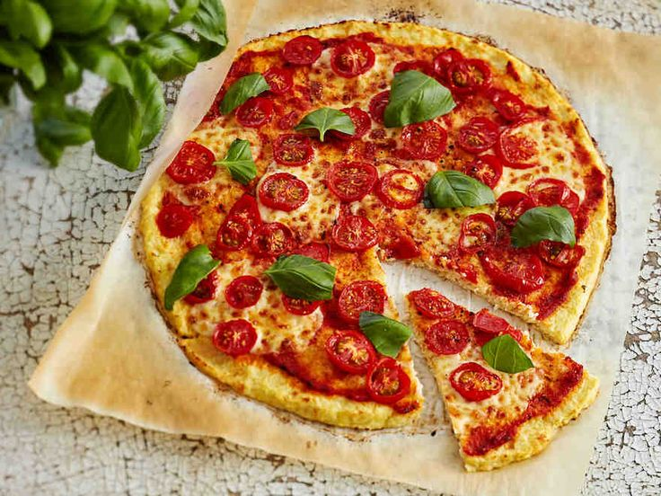 Tee pizzapohja kukkakaalista! Helpon kukkakaalipizzan päällysteessä on muun muassa valmista pastakastiketta ja mozzarellaa. Ripottele pizzan päälle tuoretta basilikaa.
