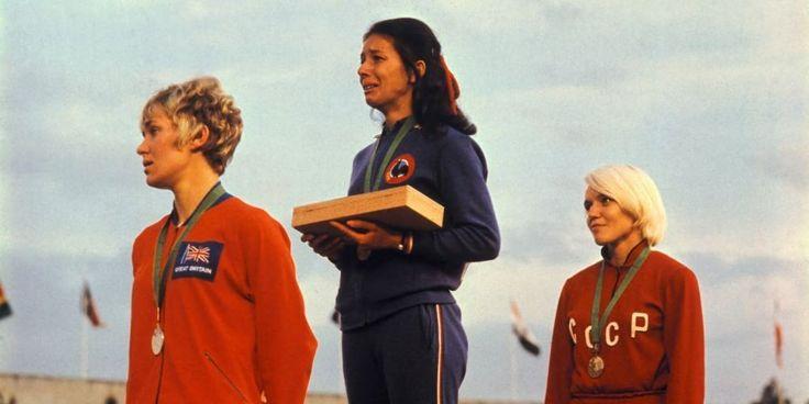 Le 16 octobre 1968 lors des Jeux olympiques à Mexico, Colette Besson est en pleurs sur le podium après avoir remporté l'épreuve du 400 m. Contre toute attente, la jeune athlète devient championne olympique. © PHOTO DR