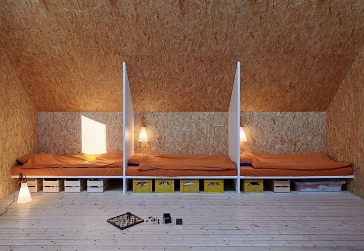 Per la camera dei bambini, posta al primo piano dell'abitazione svedese di Tham & Videgård Arkitekter, i progettisti hanno disegnato tre cabine-letto per mantenere privacy e ordine in un unico ambiente. Sotto ai letti, scatole Ikea per lo storage di giochi e libri