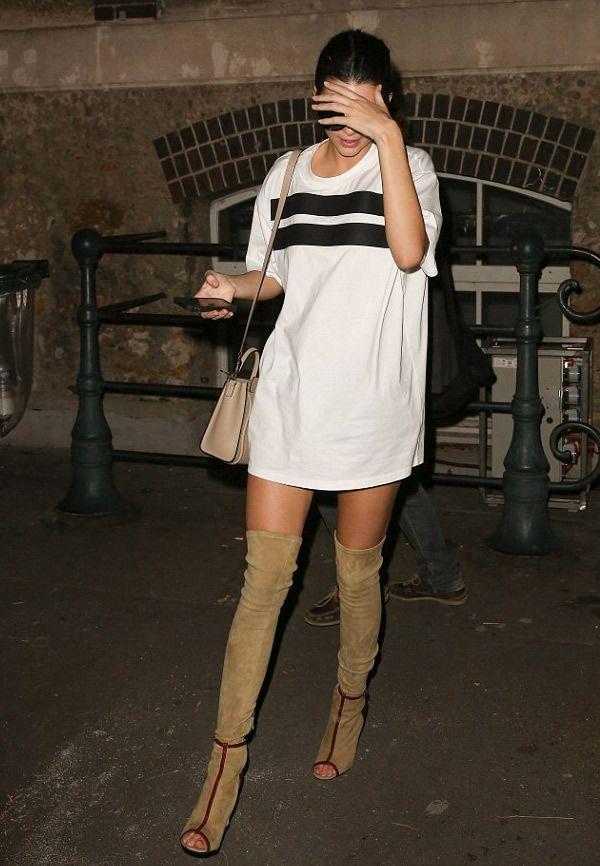 Look de Kendall Jenner com maxi t-shirt como vestido e over the knee.
