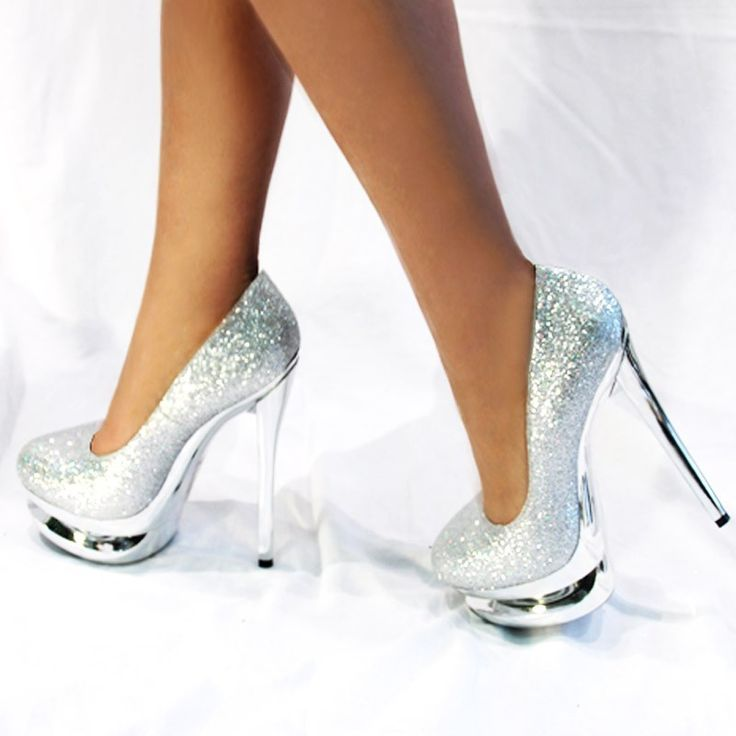 zapatos plateados con plataforma