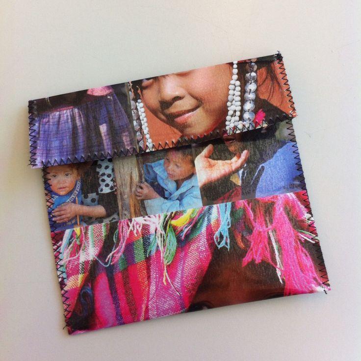 Pochette en plastique transparent avec des photos et cousue en zigzag