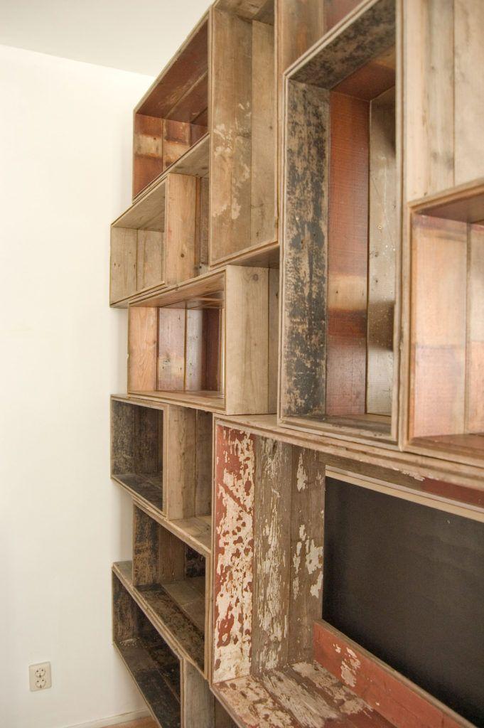 Kast opgebouwd uit kratten gemaakt van oude vloerdelen