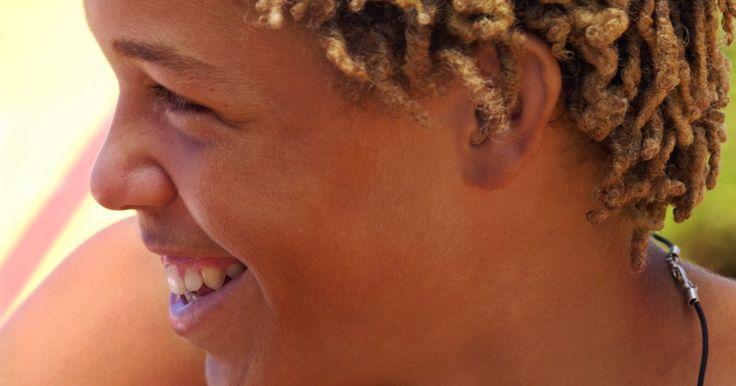 Como fazer dreads coloridos. Os dreads são um penteado que consiste em várias mechas de cabelo parecidas com tranças. Eles são feitos ao enrolar o cabelo bem firme durante vários meses. Conforme o cabelo cresce, ele é adicionado aos dreads. Esse tipo de penteado é removido apenas com um corte, pois ele é feito de fios tão emaranhados que não se consegue desembaraçar. Um ...