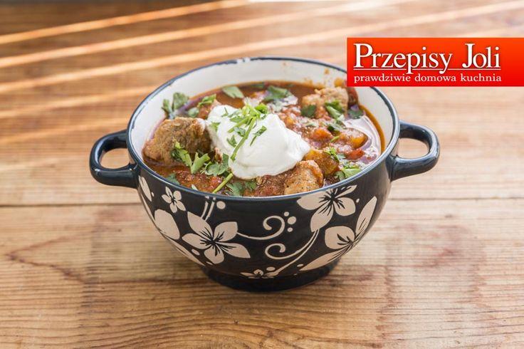 GULASZ PO WĘGIERSKU – Jednogarnkowy przepyszny, aromatyczny obiad, który gotuje się sam 🙂 Składniki: 700 g mięsa wieprzowego (u mnie łopatka) 1,5 szklanki bulionu (gorącego) lub wody (również gorącej) 1 cebula 2 marchewki 1 puszka pomidorów 1 papryka czerwona 2 ząbki czosnku 1 liść laurowy 2 ziarna ziela angielskiego 1 łyżeczka majeranku 1 łyżeczka papryki …