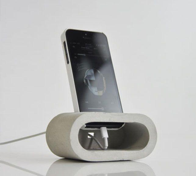 Mobilholder i beton diy // Denne mobilholder af lavet af en sydkoreansk blogger, og mange vil muligvis have svært ved at læse guiden. Men fortvivl ikke – der er trin-for-trin billeder! Se guide hos Hobby Design