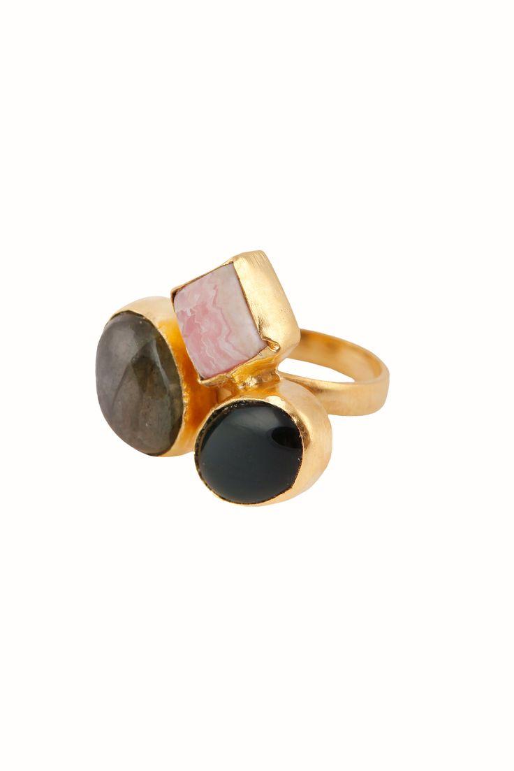 Anillo con una combinación de tres piedras semipreciosas:ónix negro, rodocrosita y labradorita.La talla de este anilloes ajustable.