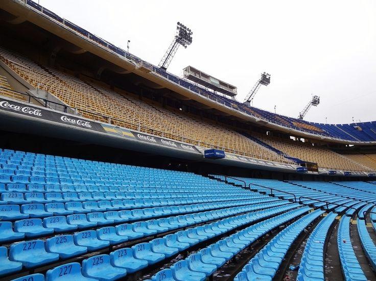 """La Bombonera - Argentina! . Eu adoro futebol! Sempre que posso visito os estádios peo mundo e não poderia deixar de conhecer o estádio do Boca Juniors! Vá no mesmo dia em que for ao Caminito e faça o passeio mais completo. Vale a pena! """"Ole Ole Ole a cada día te quiero más!"""" . #aosviajantes #argentina #buenosaires #caminito #blogdeviagem #wanderlust"""