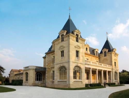 Venez découvrir le splendide château de Léognan en réservant votre visite sur Wine Tour Booking