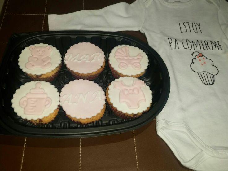Regalo para una bebé y su mamá!! Cupcakes de bebé, junto a un body muy gracioso, jeje!!