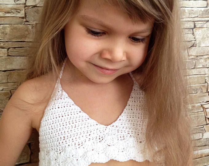 Gehäkeltes Kleinkindoberteil Rosa Häkeloberteil Offenes Neckholderoberteil Strandkleidung für Kinder Spitze Bikini-BH für Kinder Gehäkeltes böhmisches Kleinkind  – Crochet baby dress set
