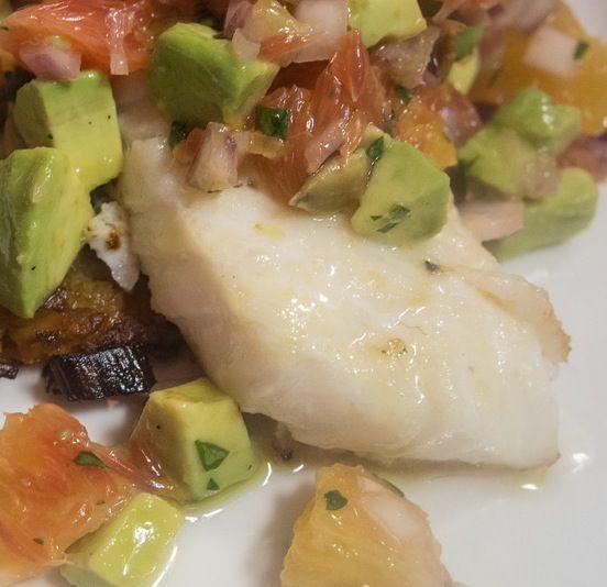 Un rico y tradicional plato puertorriqueño de bacalao con viandas