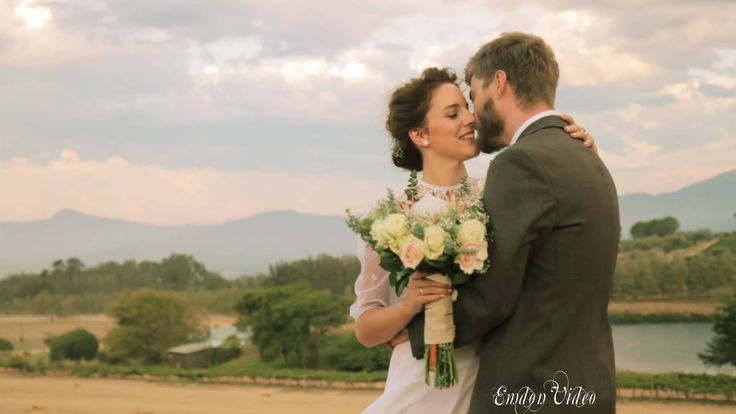 Hay bales and cartwheels! The wedding video highlights of Ninette & Tielie