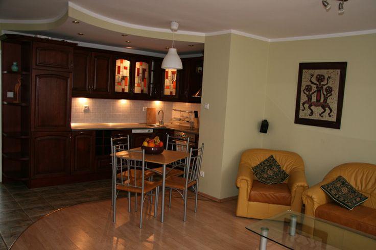 Apartament Dragon I położony jest na II piętrze kamienicy przy ul.Sukienniczej 1/4. Składa się z 1 sypialni , salonu z aneksem kuchennym i łazienki o łącznej pow. 60,5m2.Wyposażenie: klimatyzacja (salon), kominek, TV, kuchnia elektryczna, piekarnik, mikrofala, lodówka, pralka, żelazko, deska do prasowania, pełen zestaw naczyń i sztućców. Internet szerokopasmowy bezpłatnie. Apartament przeznaczony jest dla max. 5osób http://www.elblagnoclegi.pl