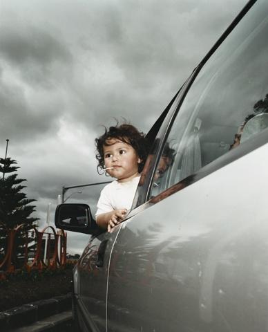dreigende lucht wat ziet het kindje standpunt fotograaf kijkt langs de auto naar de achtergrond
