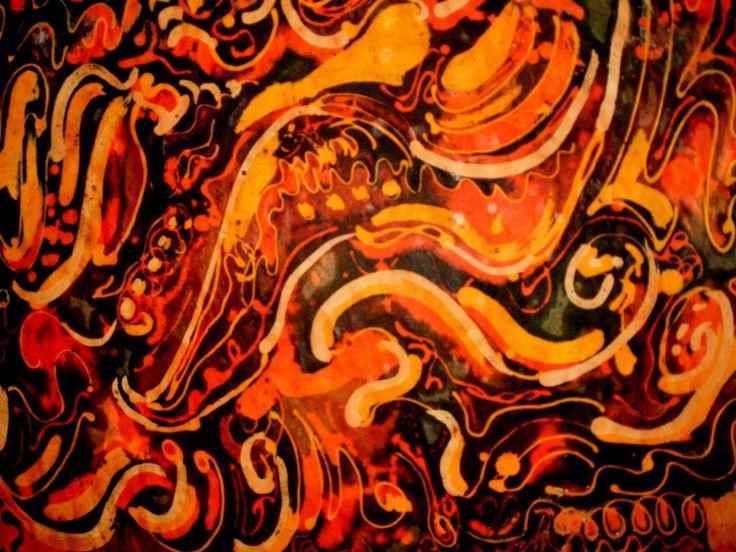 El batik es una técnica ancestral de decoración artesanal basada en el uso de la cera derretida, que hace de cada pieza una obra de arte. Descubre más en nuestro blog