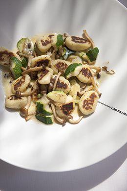 Helaas mensen, het is alweer aan het herfsten. Maar voor de lekkerbek is het najaar hét seizoen: volop vette vis, wild en ladingen paddenstoelen. Recept van verse gnocchi met courgette en paddestoel.