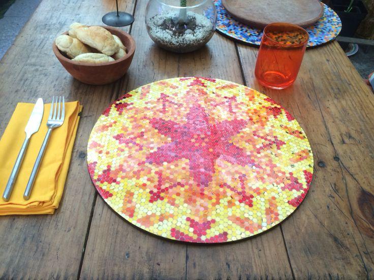 Individuales o bandejas con cubierta de resina 35x35. Técnica mosaico de papel. Con mucho papel y mucho color se logran estos individuales lindos y únicos.