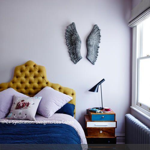Ein gepolstertes Betthaupt in Gelb lässt sich hervorragend mit dunklen Blautönen und hellen Pastellfarben kombinieren. Dazu passt ein dunkler Parkettboden. Diese…