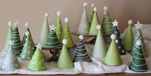 weihnachtsbäume basteln papier knöpfe pompoms