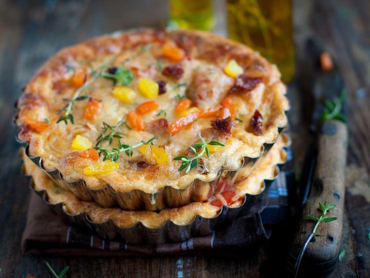 Quiche aux poivrons rôtis et aux tomates séchées, sans croûte pour en simplifier la préparation, sans pour autant en pénaliser la saveur!