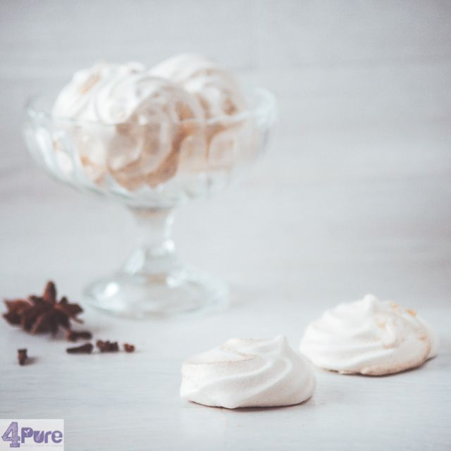 Winter meringue - English recipe - These winter meringues look beautiful and tastes delicious. By adding the mixed spice into 4 lanes against the wall to lubricate the piping bag, you get a nice stripe effect in the meringues. And the meringues get a subtle spicy flavor. They are wonderfully crunchy and just sweet enough.