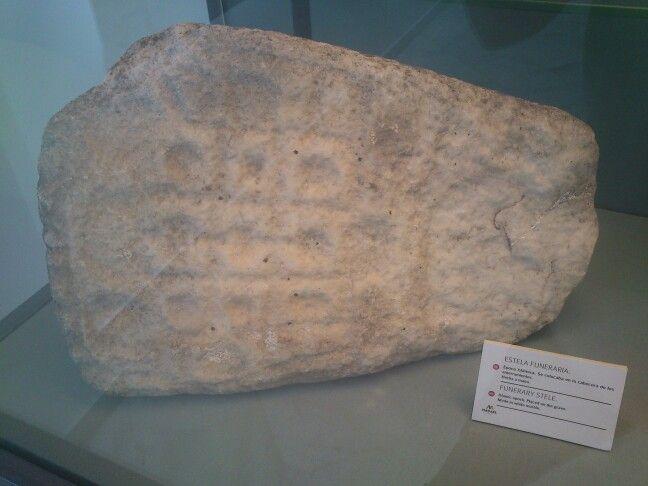 Estela funeraria de época musulmana realizada en mármol blanco de Macael. Los musulmanes fueron grandes conocedores de este mármol. Asentados en Macael hicieron llegar esta piedra natural a todo su reino, empleándolo en sus obras más emblemáticas como puede verse en el Patio de los Leones de la Alhambra de Granada o en la Mezquita de Córdoba.