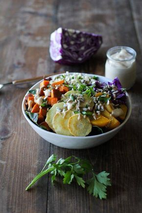 Riz brun + panais + patate douce + épinards + betterave + chou rouge + graines de tournesol sauce : tahini + jus de citron + sirop d'érable