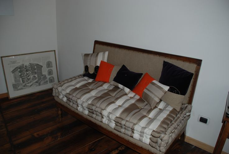 canapé : Materasso fatto a mano- tessuto di cotone tortora e bianco; fodera del divano in canapa grezza; cuscini in velluto (viola scuro), cachemire (arancio) e  cotone.