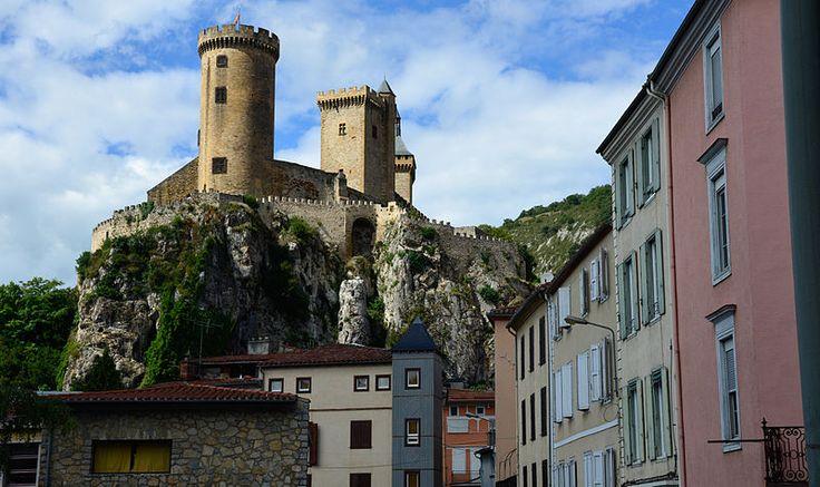 Chateau de Foix vu de la Halle aux Grains.(Classé) Гастон II Богатырь (Gaston II le Preux de Foix; 1308-26 сент.1343, Альхесирас или Севилья,Испания) граф де Фуа, виконт де Беарн, де Габардан и де Марсан, князь-соправитель Андорры с 1315,франц. военачал.во вр.Столетней войны, сын Гастона I, графа де Фуа, и Жанны д'Артуа.По завещанию Гастона I его владения были разделены. Ст.сын, Гастон II,получал большую часть отцов.владений, вкл.графство Фуа, виконтства Беарн,Габардан и Марсан.
