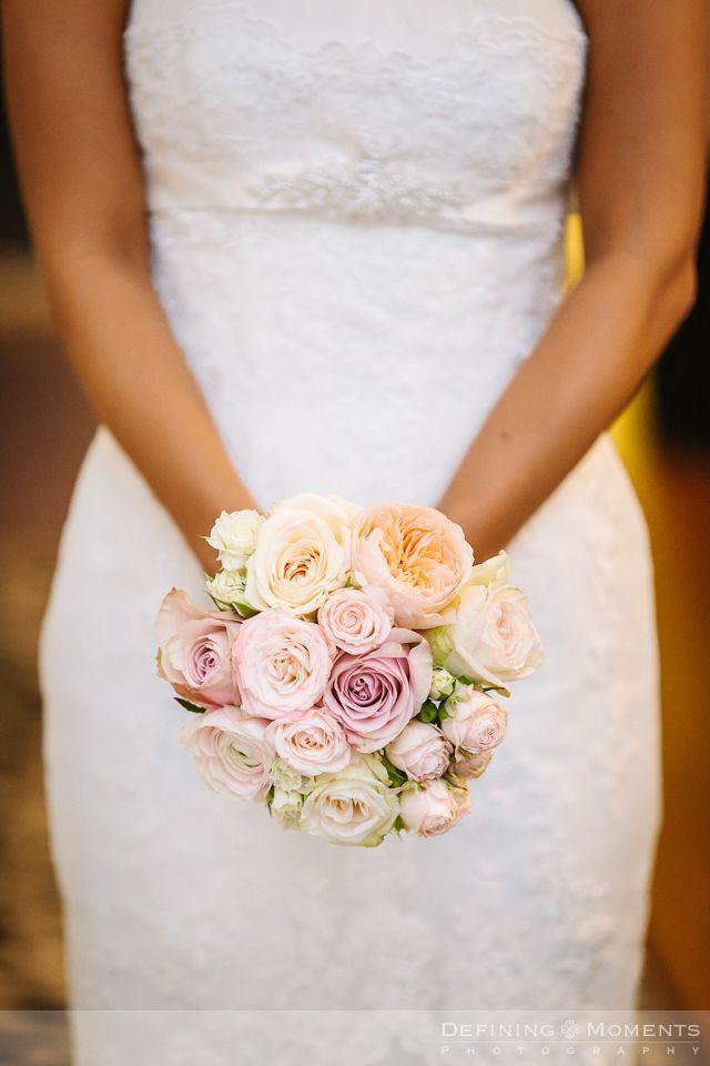 Bruidsboeket in zachte pasteltinten: roze rozen, zalmroze rozen en crème rozen.