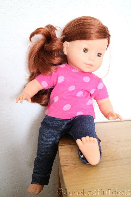 Voici 8 patrons et modèles de petits habits à coudre ou à tricoter pour vêtir les poupées et poupons que les enfants recevront à Noël. Les dimensions des p